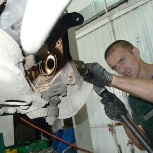Producenci dbają o to, by naprawy samochodów były drogie
