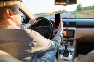 Rozmowa przez komórkę w trakcie jazdy samochodem, palenie, makijaż – czy wolno?
