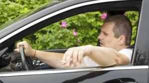 Czy palisz w samochodzie i wyrzucasz pety innym na maskę?